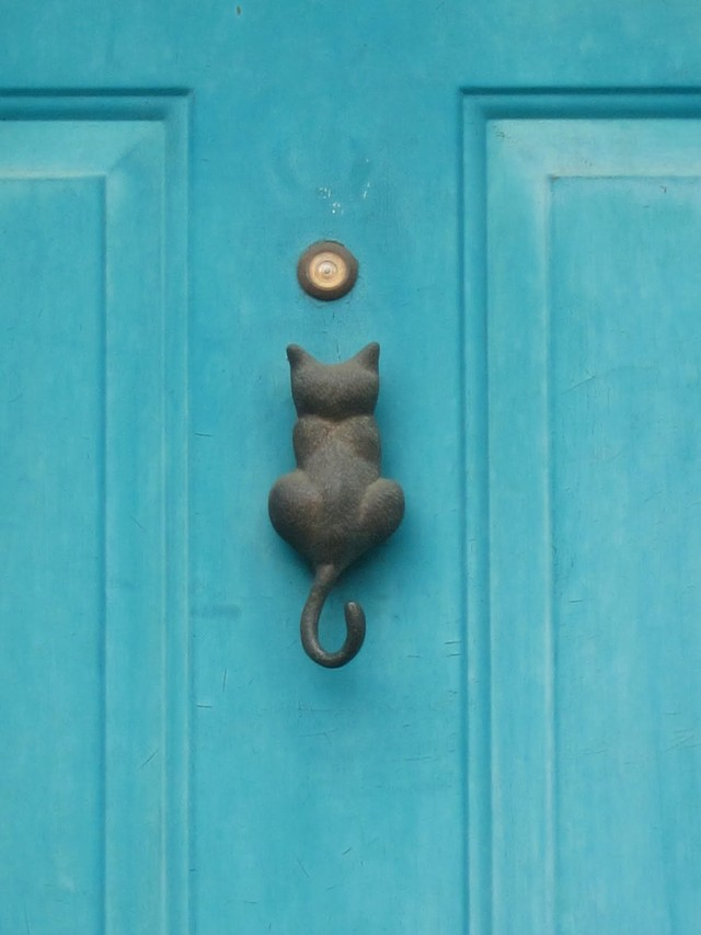 12. Котенок Ручка-кнокер в виде котенка, хвостиком которого следует стучать в дверь.