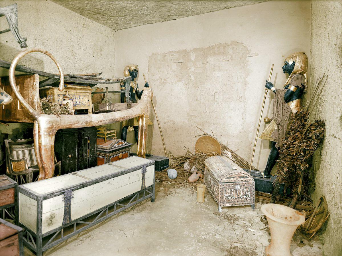 Позолоченная кровать в виде льва, сундуки с одеждой и другие объекты в передней камере. Стену погреб