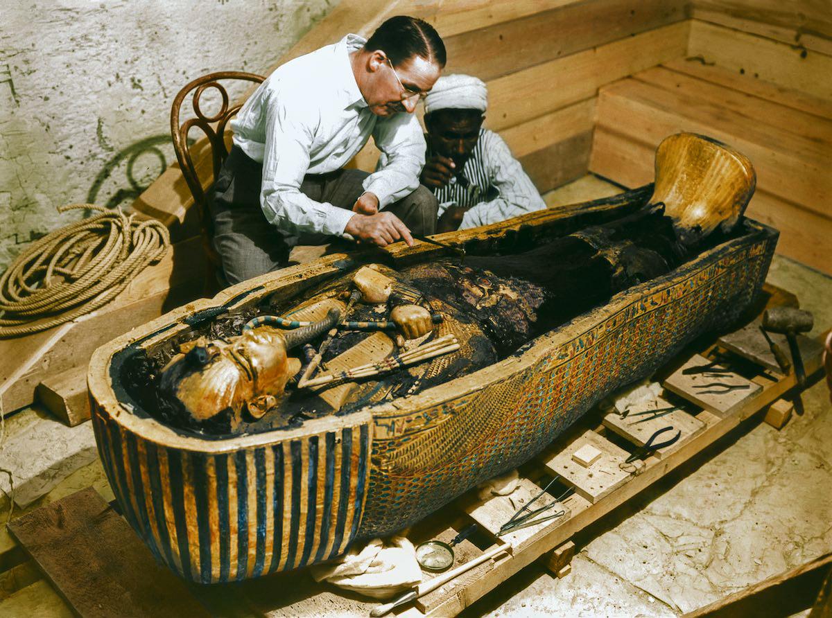 Картер и рабочий исследуют золотой саркофаг.