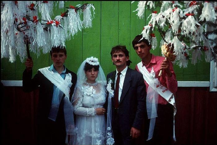 Сельские молодожены, 1988 год. Фотограф Бруно Барби (Bruno Barbey). 14. Львовские шахматисты