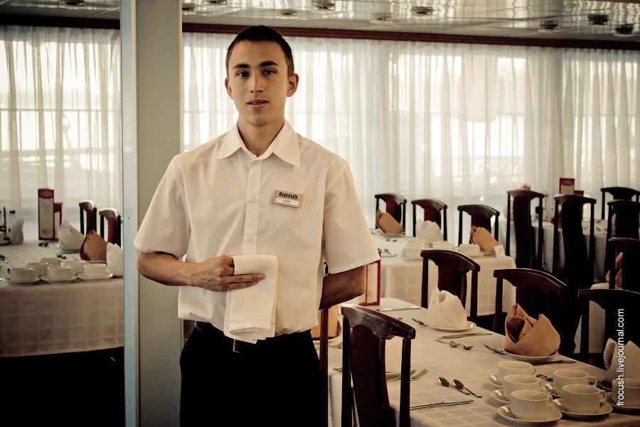Официант Андрей в ресторане «Волга» теплохода «Феликс Дзержинский»