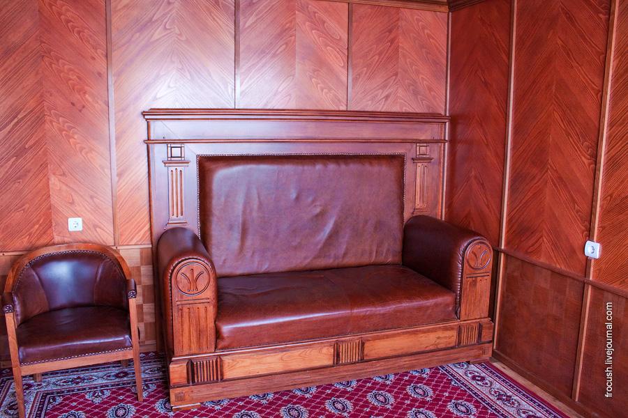 Диван в гостиной каюты люкс ретро-теплохода «Максим Горький»