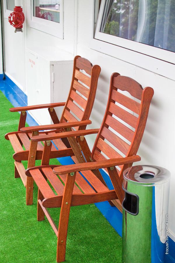 Раскладные стулья на средней палубе теплохода «Василий Чапаев»