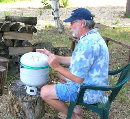 изобретатель хэнк-барабана Деннис Хавлена проверяет звучание его создания  из баллона от пропана