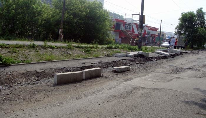 Владивосток, улица Баляева, валяются бордюры