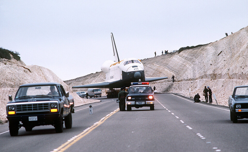 1985 Enterprise Space Shuttle проходит через склон разрезанные чтобы очистить его размах крыльев на авиабазе Ванденберг в Калифорнии февраля 1.jpg