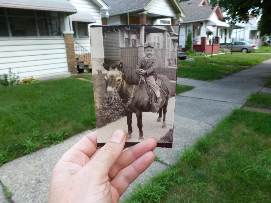 «Яразыскала старый дом, где жила раньше наша семья. Этот мальчик— мой папа вдалекие 30-е годы».