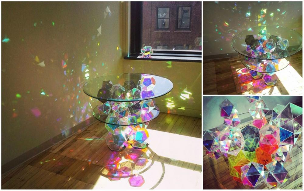 Волшебный стол-призму придумал дизайнер Джон Фостер. Конструкция преломляет солнечный свет, отчего п