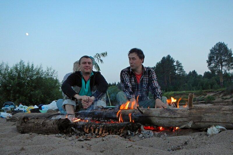 Лёшка и Антон перед костром ночью в походе на ночной стоянке на реке Белая Холуница и луна на небе