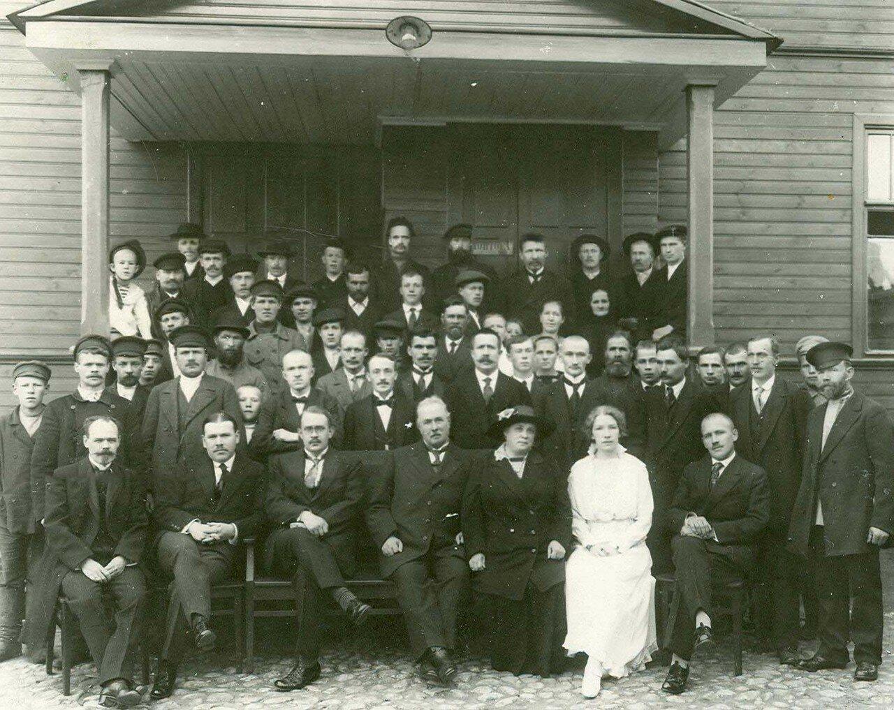 08. Группа рабочих и служащих завода у здания конторы
