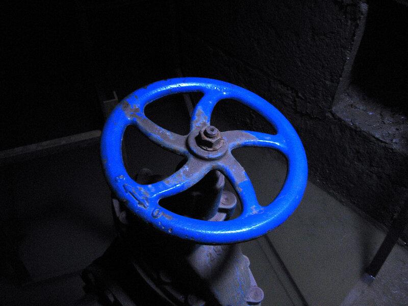 синий кран