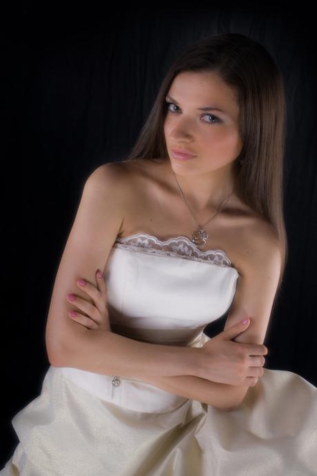 фотографии девушки в свадебнойм платье. фотосъемке невесты в  студии фотографа Кирилла Кузьмина