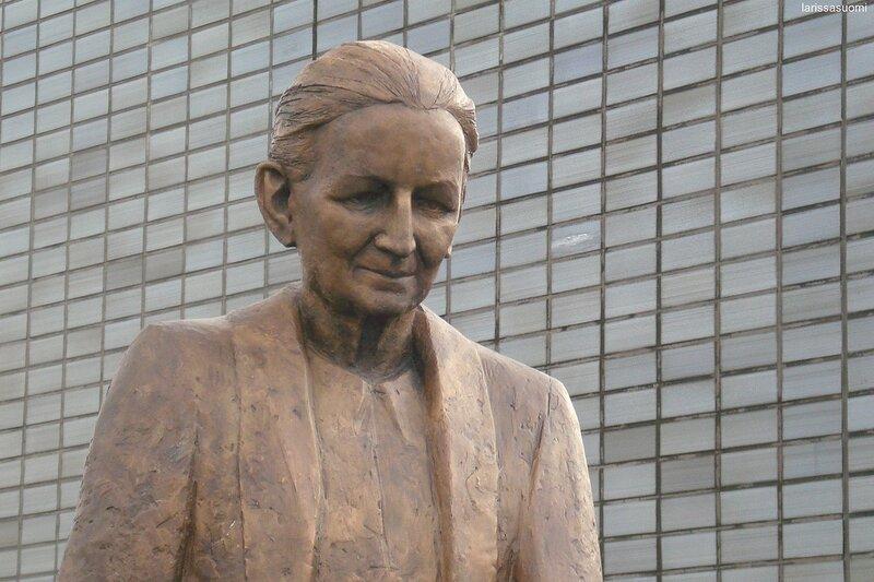 Памятник учительнице.