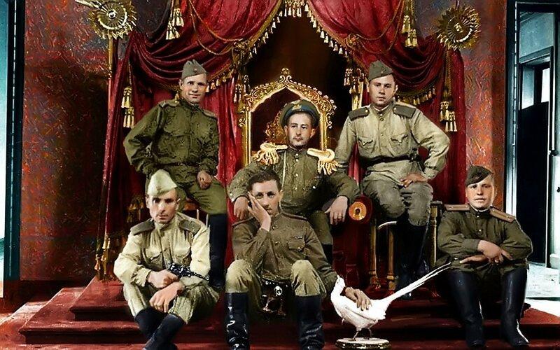 Советские солдаты на престол последнего китайского императора Пу И (Pu Yi). Фото 1945 года..jpg