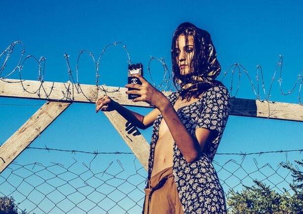 Фотограф вызвал скандал, сняв модель в образе беженца