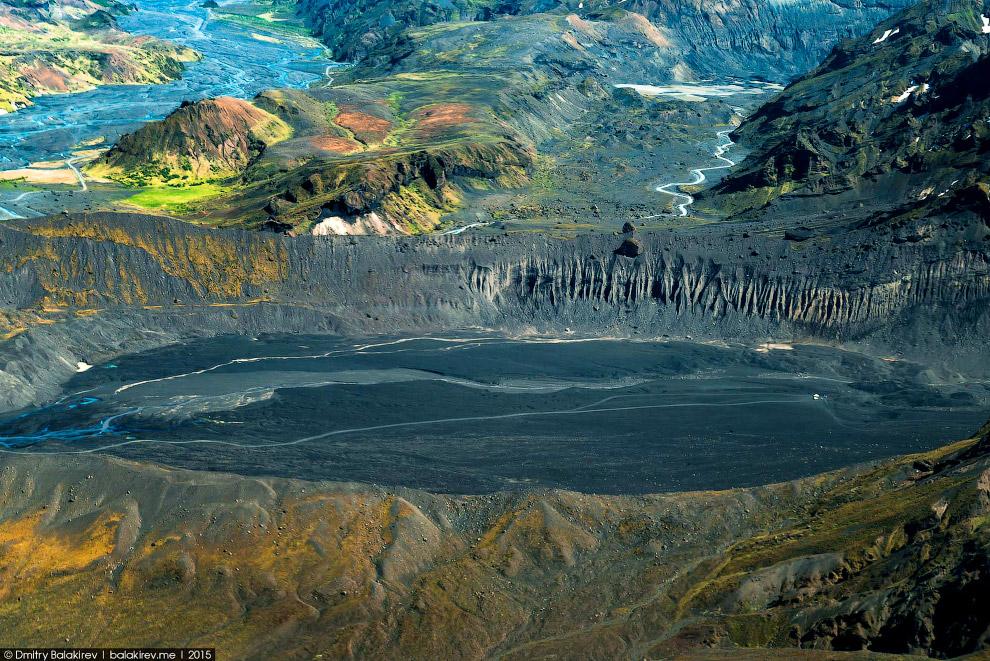 23. Высокогорное озеро. Ощущение, будто оно расположено не горизонтально, а под углом. А ещё удивил