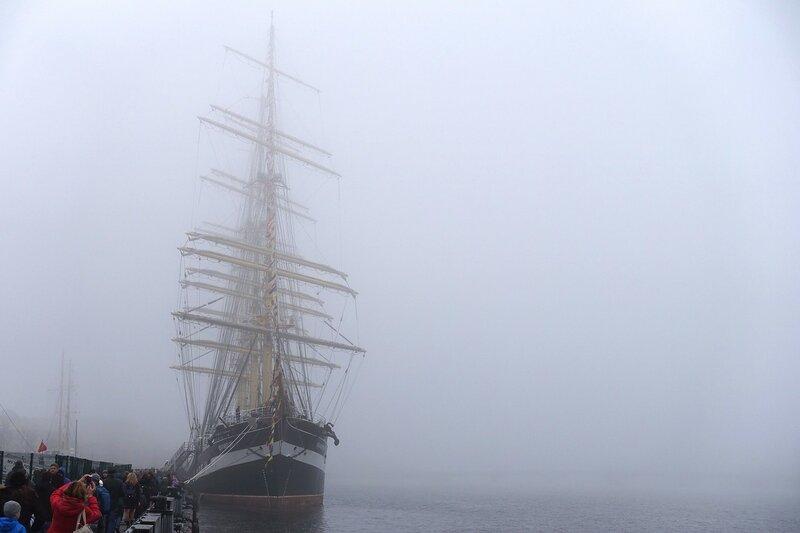 Очередь на барк Крузенштерн