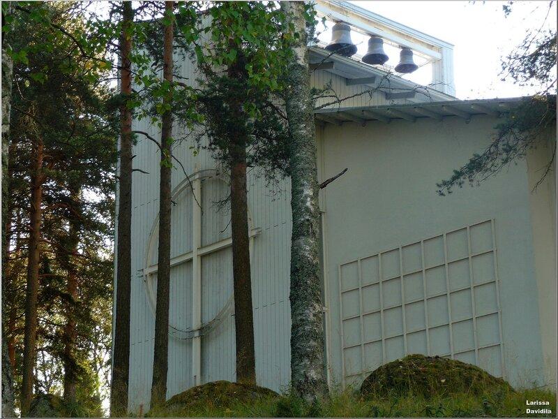 Вид на колокольню храма.