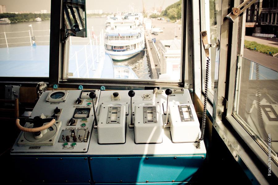 Машинный телеграф. Вид из ходовой рубки теплохода «Феликс Дзержинский» на причалы Северного речного вокзала