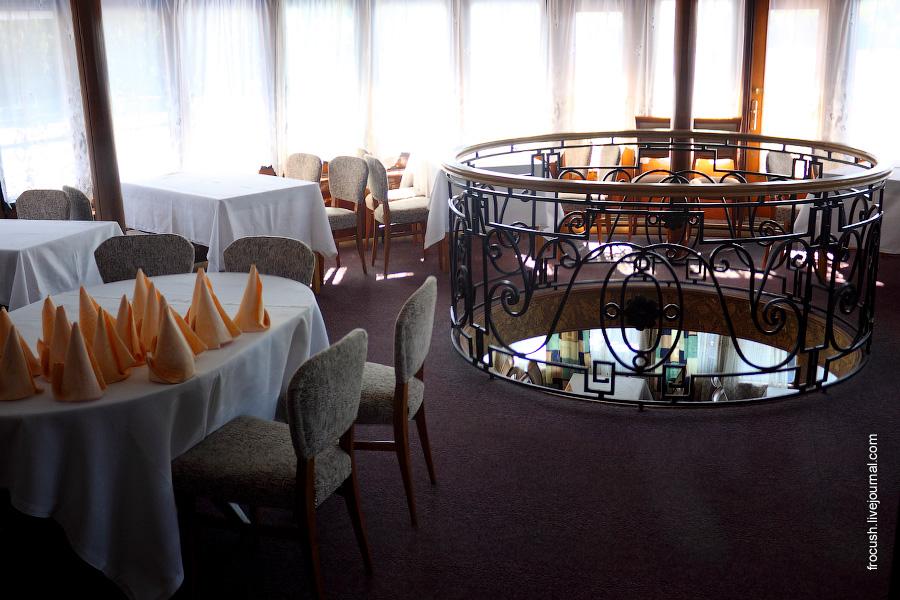 Ресторан (верхняя часть) в кормовой части средней палубы теплохода «Паллада»