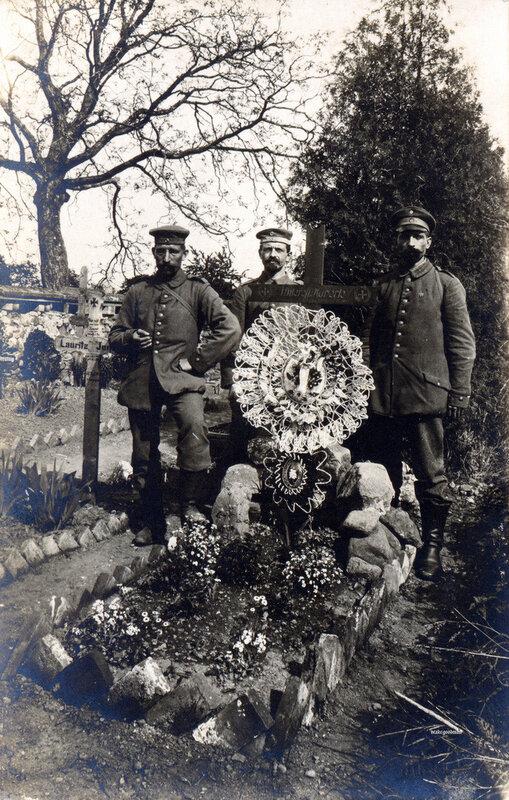 Солдаты из неопознанного запасного полка рядом с могилой Unteroffizier Hüberte
