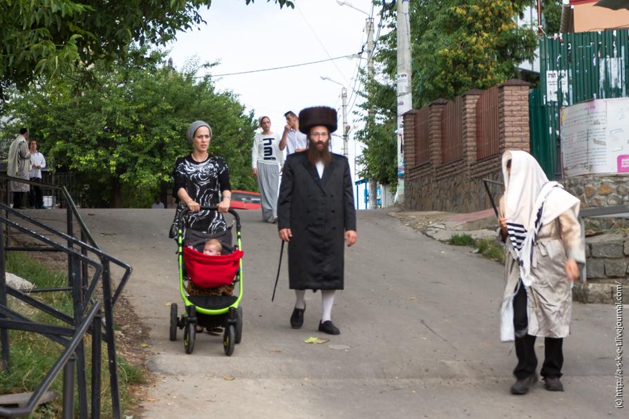 дети заглядывают под юбку: