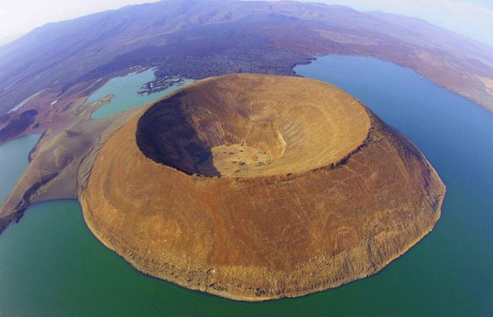 1. Кратер Набийотум в озере Туркана, расположенный в пределах Великой Рифтовой долины, Кения.