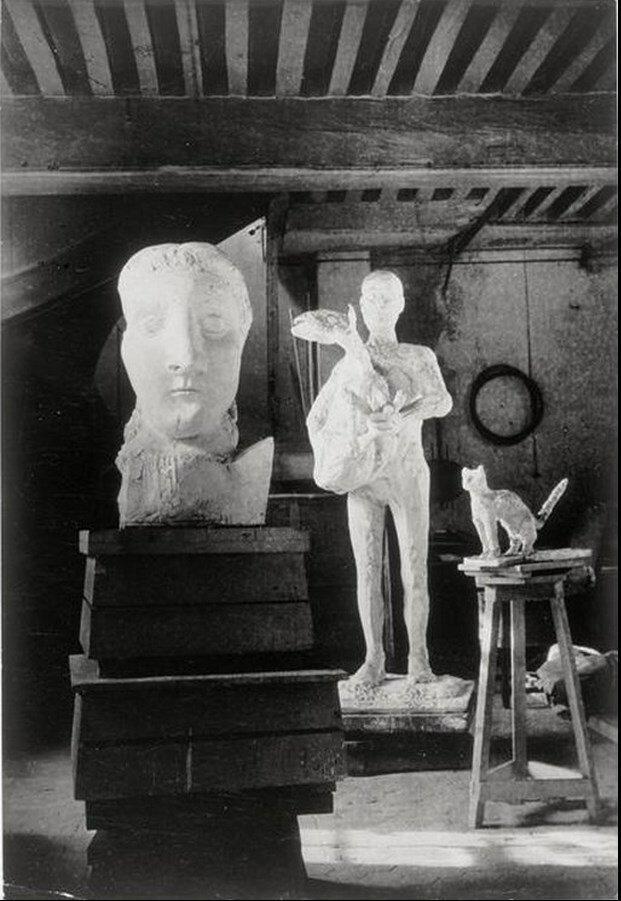 1943. «Человек с овцой» и бюст Доры Маар в мастерской на улице Великих Августинцев