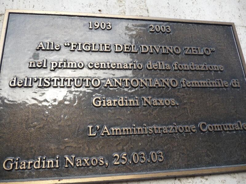 Табличка около дверей церкви.