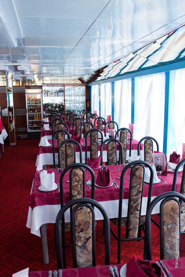 Ресторан «Ладога» в кормовой части средней палубы теплохода «Сергей Кучкин»