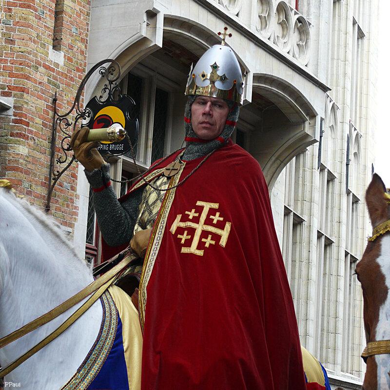 Шествие Святой Крови. как кульминация всего шествия под конец выезжает всадник, в образе того графа Фландрского, который привез в Брюгге капсулу с кровью Христа. Вот и теперь этот рыцарь везет ее и показывает всем.