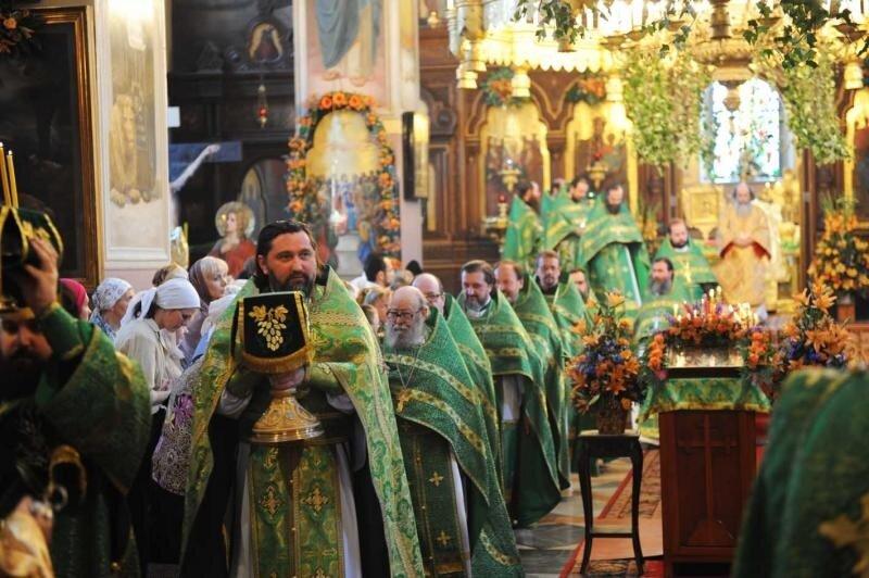 В день Святого Духа Патриарх Иерусалимский Феофил III совершил Божественную литургию в Троицком соборе