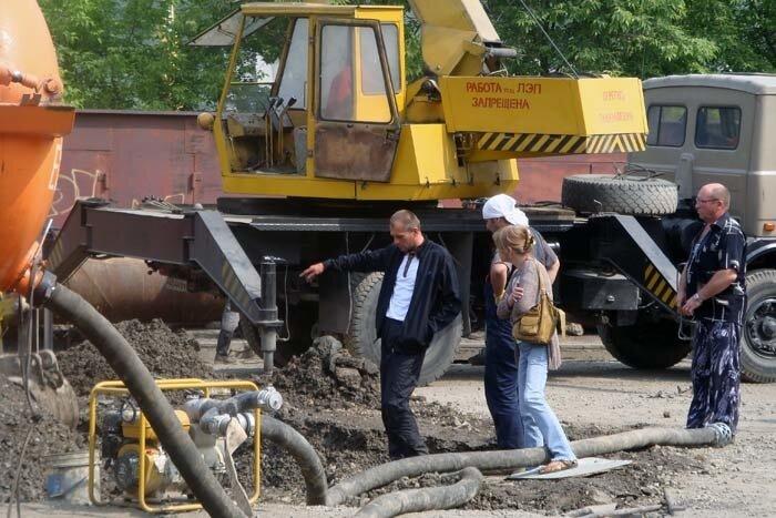 Владивосток, улица Жигура, рабочие чинят канализацию