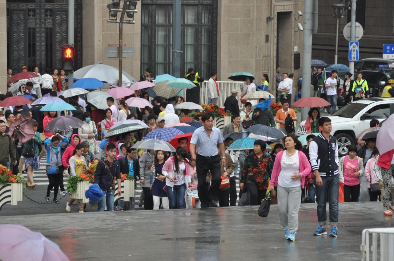 Китайские туристы штурмуют набережную Хуанпу