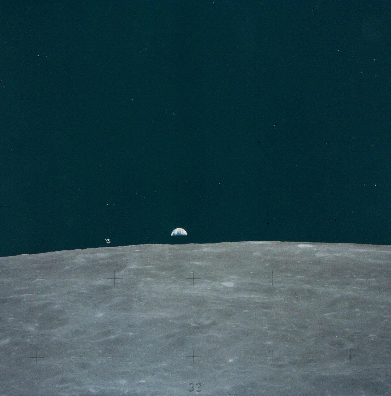 Двигатель взлётной ступени отработал 427,8 секунды и вывел корабль на орбиту с апоселением 74,5 км и периселением 14,6 км. На снимке: Земля поднимается над лунным горизонтом, КМ слева от Земли. Эта фотография была сделана из ЛМ