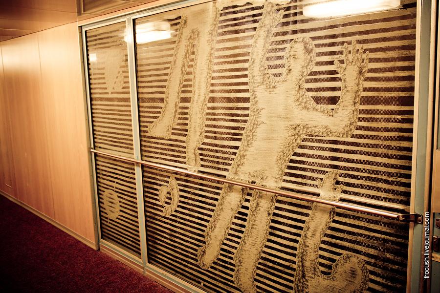 Рисунки на стекле перед входом в ресторан «Волга» теплохода «Феликс Дзержинский»