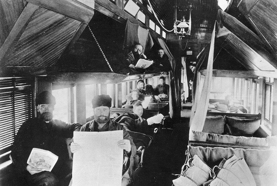 Пассажиры туристического вагона Канадской Тихоокеанской железной дороги. Канада, 1875 год.jpg