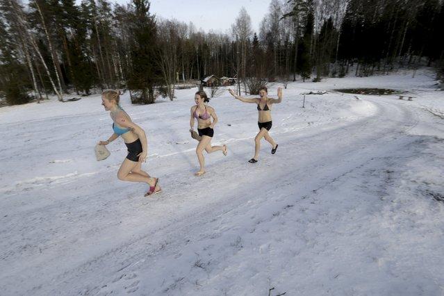 People run to the next sauna during the sauna marathon near Otepaa, Estonia, February 6, 2016. (Phot