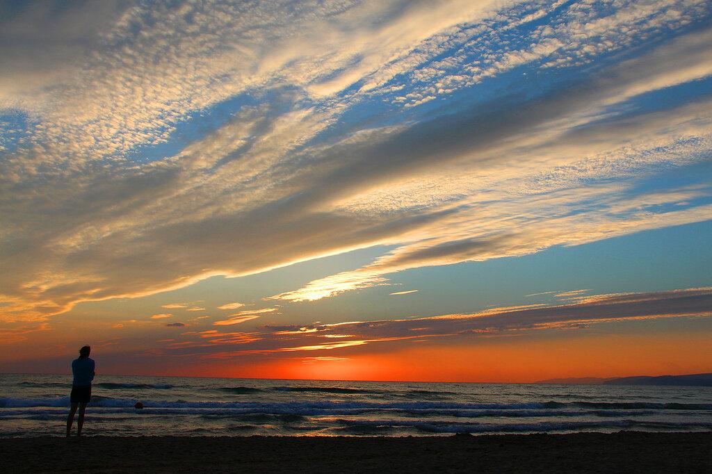 Небесный свод на фоне заката над Черным морем или