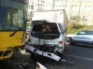 Во Владивостоке микрогрузовик столкнулся с автобусом: пострадало четыре человека