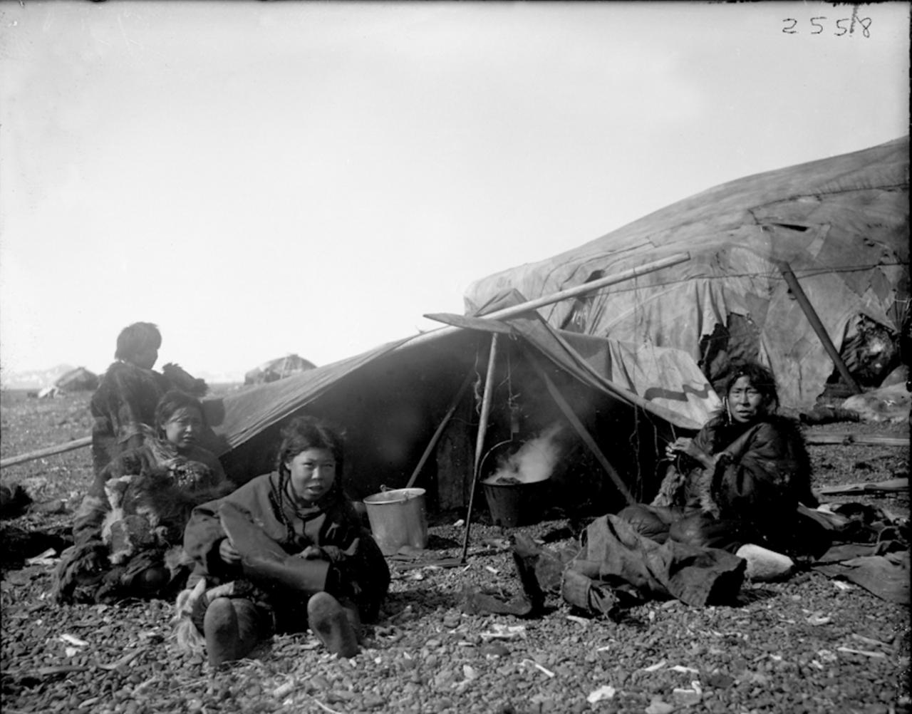 Эскимосы возле яранги, Сибирь, 1901
