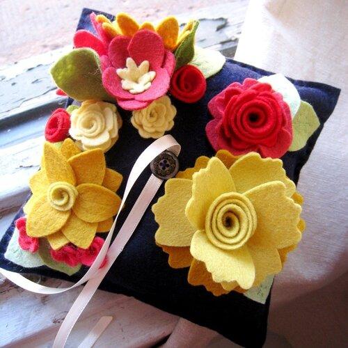 Эти живописные подушки украшены декором из фетра в виде цветов.