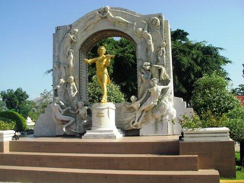 Позолоченный памятник Штраусу в Вене. Австрия