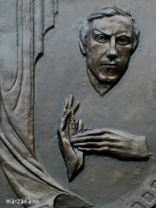 Две мемориальные доски, посвященные памяти Олега Янковского, открыли в Саратове 20 мая 2010 года.