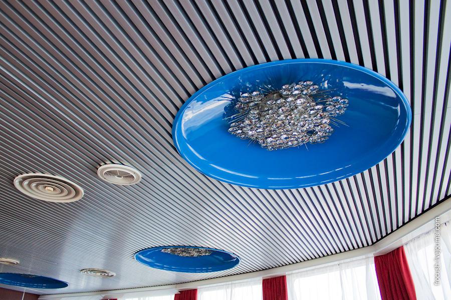 Потолок музыкального салона в носовой части шлюпочной палубы теплохода «Александр Пушкин»