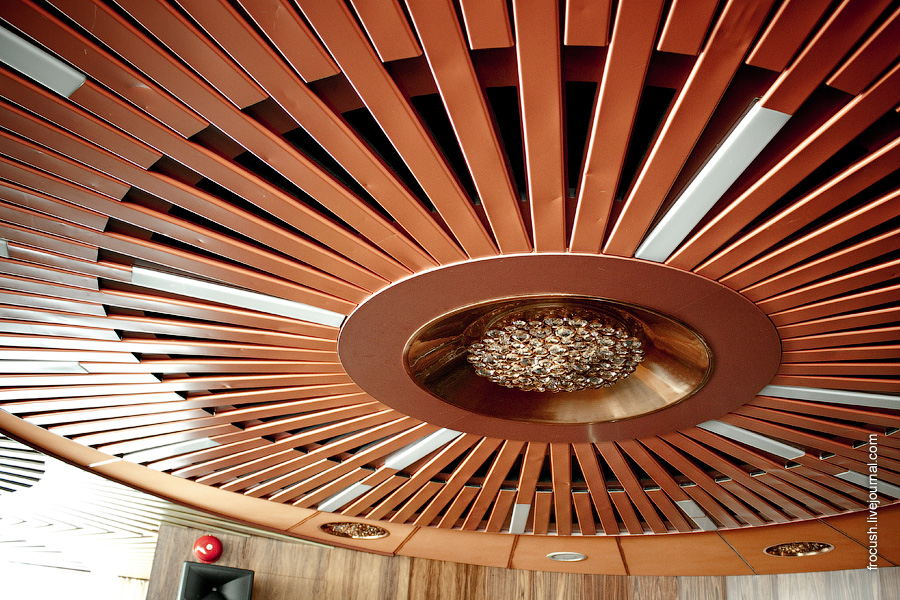 Потолок в музыкальном салоне теплохода «Лев Толстой»