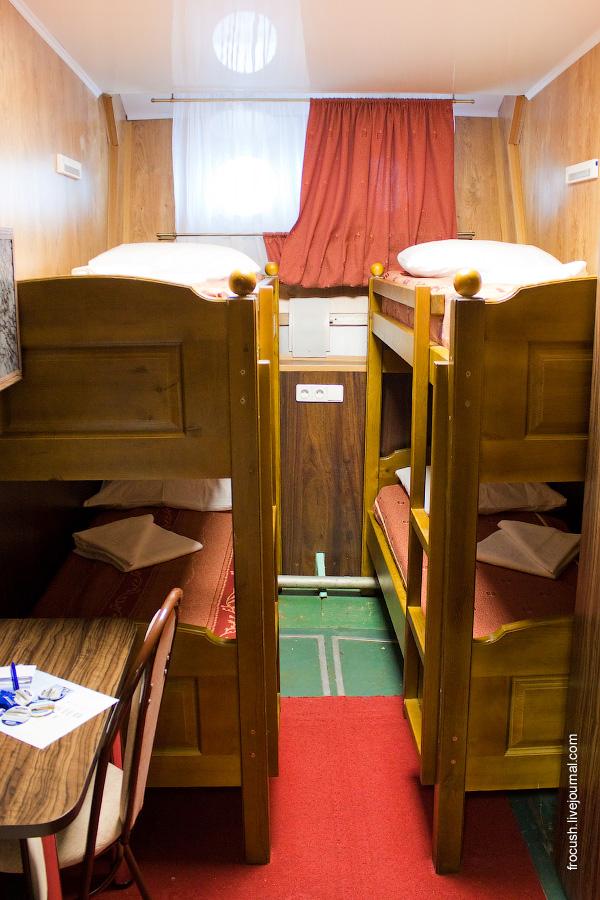 Двухместная ярусная каюта с двумя дополнительным местами «Б3н/Б4» №77 на нижней палубе теплохода «Василий Чапаев»