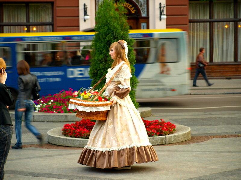 картинка продавщица цветов на улице парфюмерии, косметической