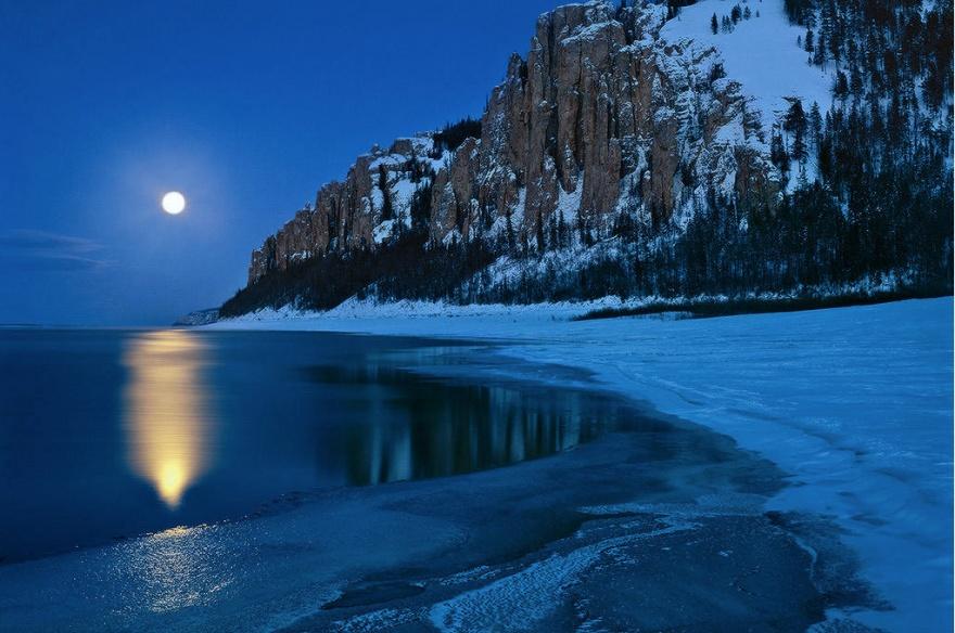 Лена-самая большая река во всей Северо-Восточной Сибири. Рсположенные у ее берегов Ленские столбы, я