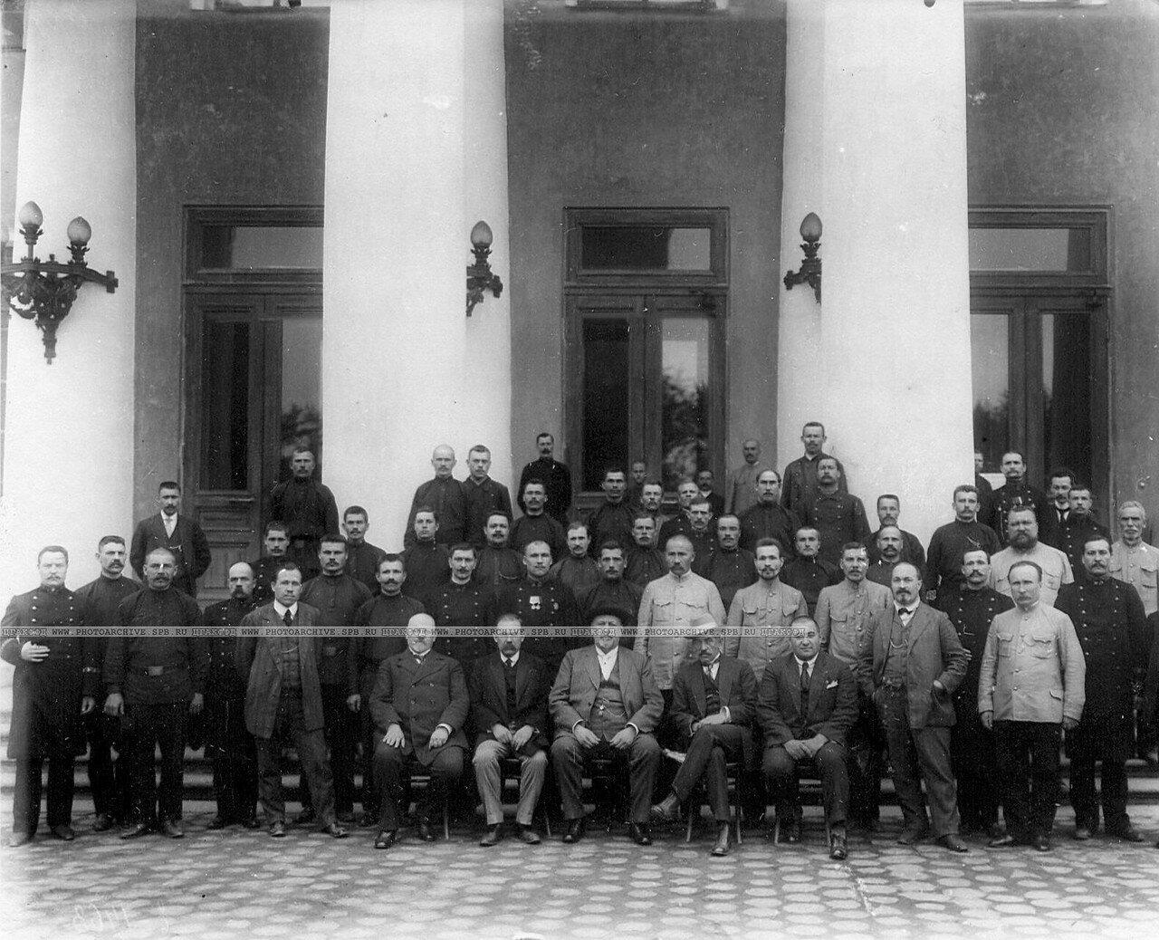 Председатель Четвертой Государственной думы М.В.Родзянко с группой депутатов и служителей, призванных в армию, у подъезда Таврического дворца. 1914